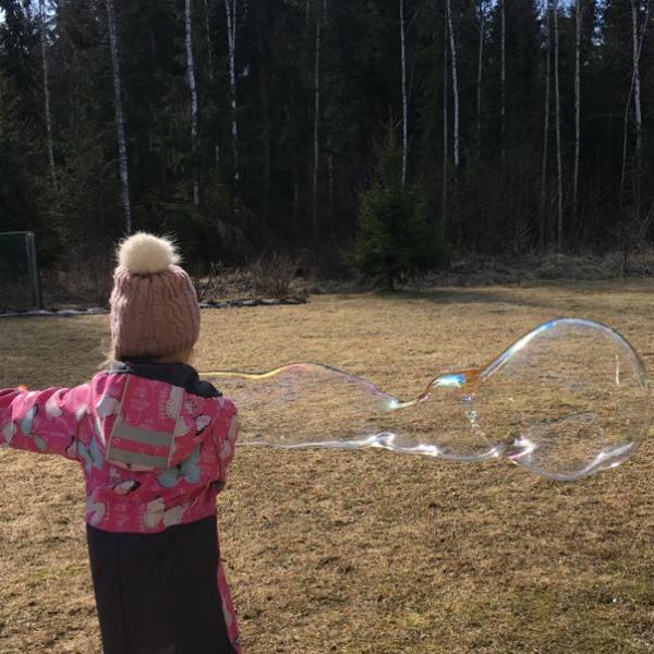 Lapsi leikkii jättikuplilla, giant bubbles, pako group lahti